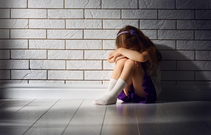 Deti, ktoré boli vystavené hrubým formám násilia, musia čeliť nielen priamym psychickým či fyzickým následkom, ale neraz aj sekundárnym traumám. Jednou znich je nepochybne viktimizácia ako následok procesov sprevádzajúcich trestné konanie. Mnohí znás si uvedomujú, že dieťa si zaslúži, aby bolo ušetrené akýchkoľvek nadbytočných záťaží. Vtejto súvislosti sme vspolupráci sverejnou ochrankyňou práv zorganizovali, už po […]