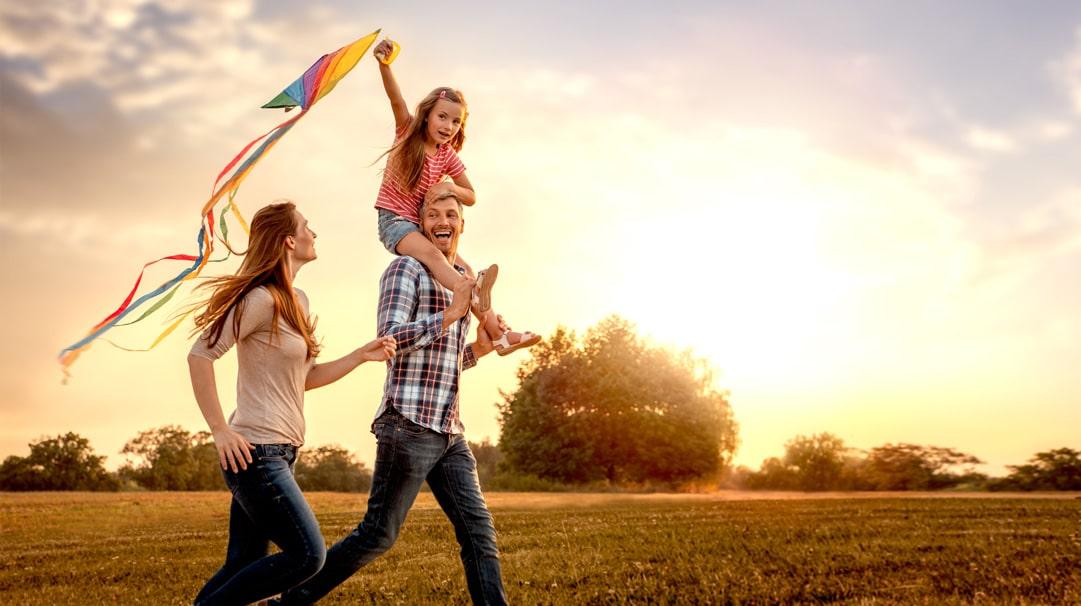 Profesionálny rodič jezamestnancom krízového strediska,ktorý zabezpečuje starostlivosť odeti vo svojej vlastnej domácnosti. Deti, ktoré sú mu zverené do starostlivosti, žijú spoločnes jeho rodinou, zvyčajne teda s partnerom aj sich biologickými deťmi. Profesionálny rodič zabezpečuje 24-hodinovú starostlivosť, čím deťom umožňuje zažiť fungujúce rodinné prostredie. Pracovný pomer profesionálneho rodiča sa uzatvára podľa § 42 ods. 1 a […]