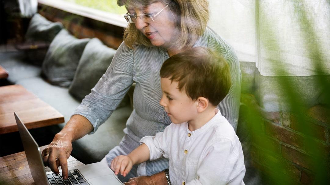Profesionálnym rodičom sa môže staťosoba staršia ako 18 rokov sukončeným stredoškolským vzdelaním.Podmienkou je absolvovať kurz –prípravu na náhradné rodičovstvo. Zamestnanci krízového strediska, ktorí zabezpečujú starostlivosť o dieťa v profesionálnej rodine, musia splniť podmienky podľa § 53 ods. 9 a 10. Zákona č. 305/2005 Z.z. Manžel zamestnanca krízového strediska, ktorý zabezpečuje starostlivosť o dieťa vo svojom […]